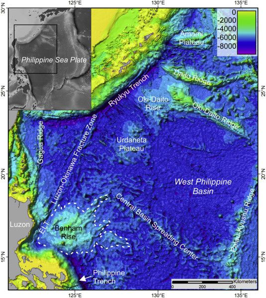 Bathymétrie révélant les différentes structures sous marines de l'ouest du bassin des Philippines  - doc. Benham Rise unveiled: Morphology and structure of an Eocene large igneous province in the West Philippine Basin (Version 18.1, Satellite Geodesy, 2014; Smith and Sandwell, 1997).