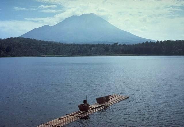 Lamongan seen from the lake of the same name - photo Tom Casadewall / USGS