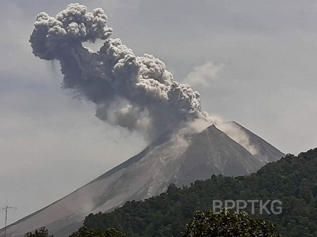 Merapi - eruptive plume of 17.11.2019 / 10h46 WIB - photo BPPTKG