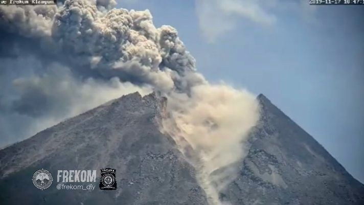 Merapi - eruptive plume of 17.11.2019 / 10h46 WIB - photo  Frekom