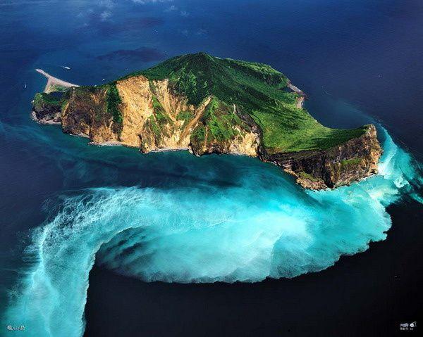 Guieshan island / Taïwan - une large zone d'eau décolorée est preuve de l'activité volcanique sous-marine - photo Chen Minming
