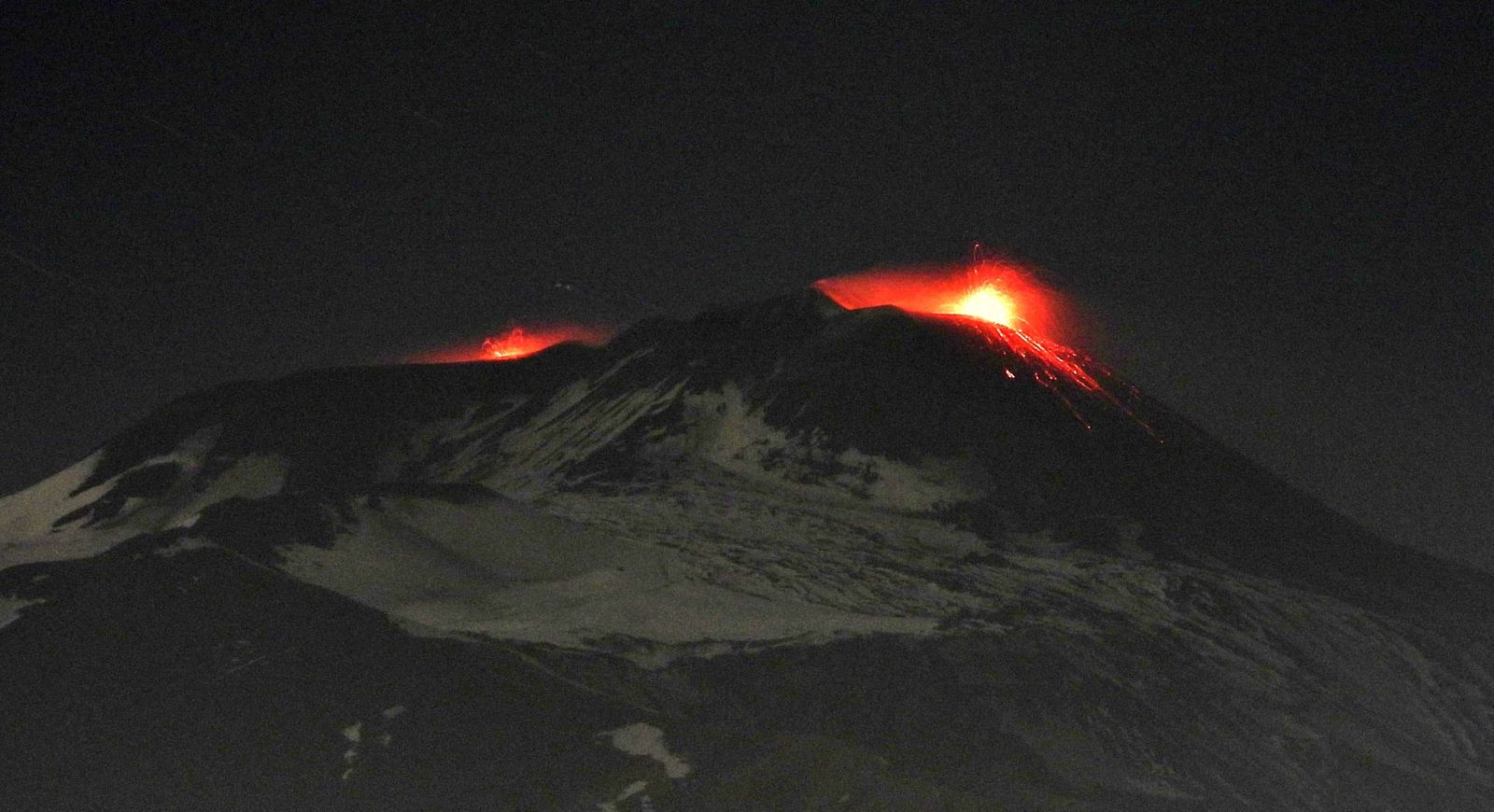 Etna - Strombolian activity 06.12.2019 / 19h34 at NSEC (right) and weaker explosions at Voragine (left) - photo INGVvulcani
