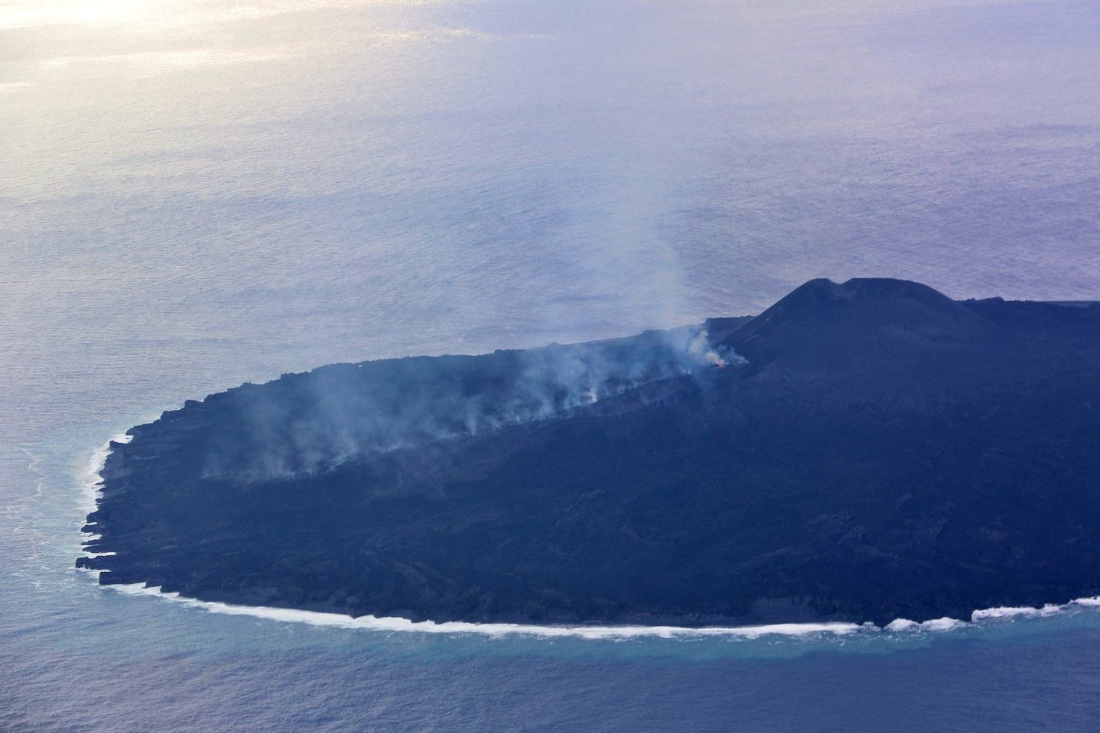 Nishinoshima - 06.12.2019 - spaterring à la base du cône et fumerolles sur les coulées de lave - photo Japan Coast Guards