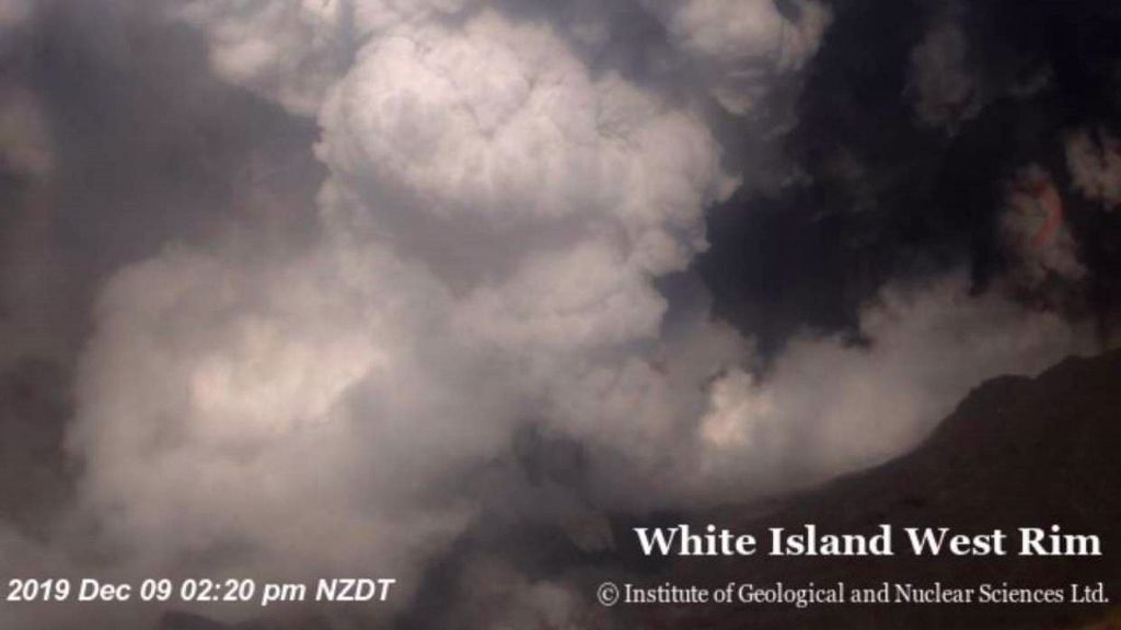 White island west rim 09.12.2019 14h30-14h40 NZDT - photos Inst. og geological and nuclear sciences ltd - one click to enlarge