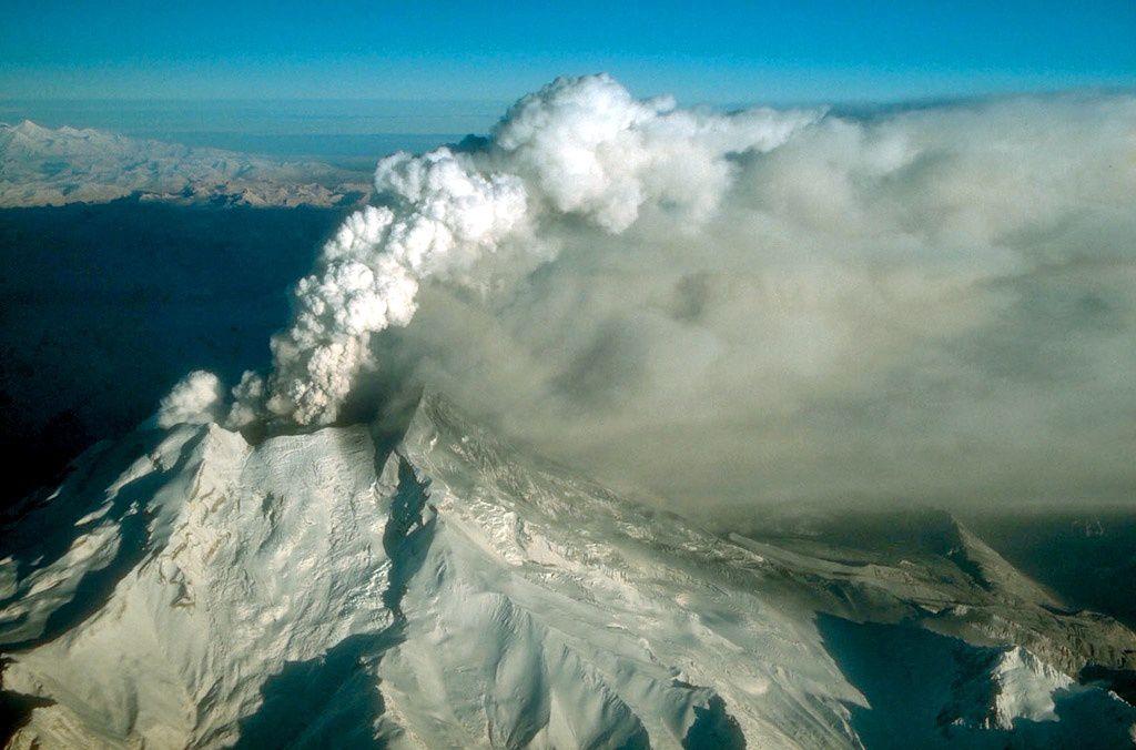Redoubt - éruption en cours le 18.12.1989 / 12h -photo  W.M.White / AVO