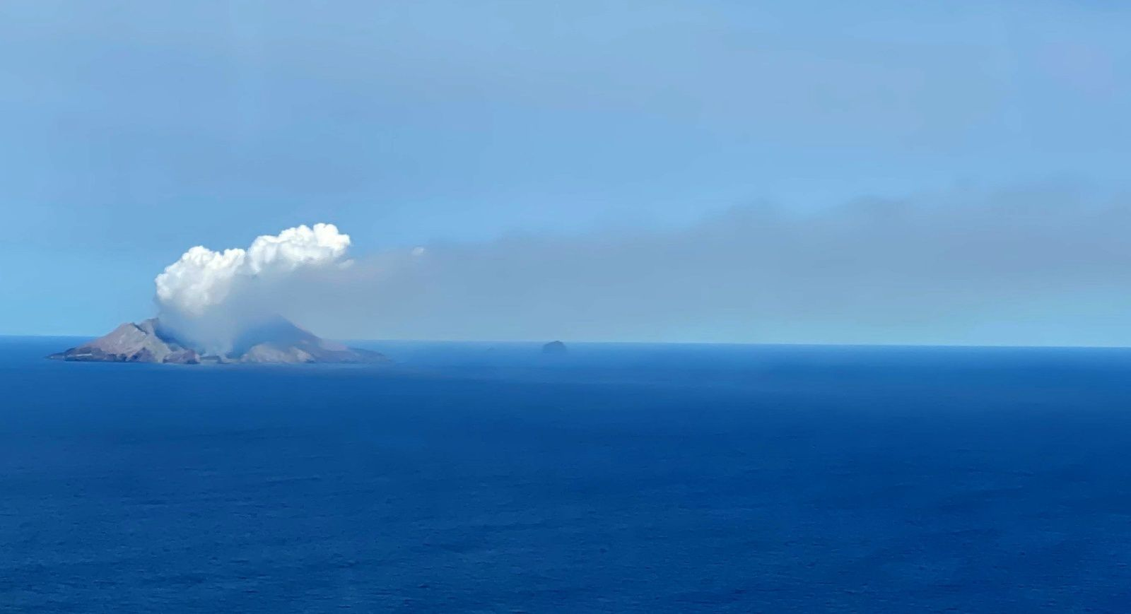 Whakaari / White Island - The volcano and its plume of gas and vapor on 15.12.2019 - photo GeoNet