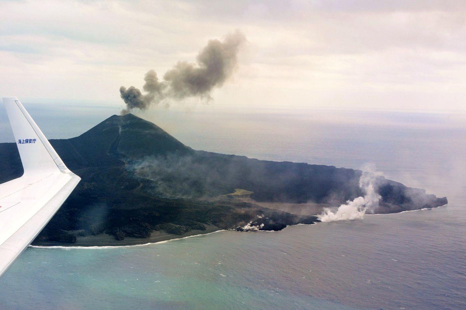 Nishinoshima - 15.12.2019 - activité au sommet et sur les flancs du cône ; et coulées de lave - photo Japan Coast Guards