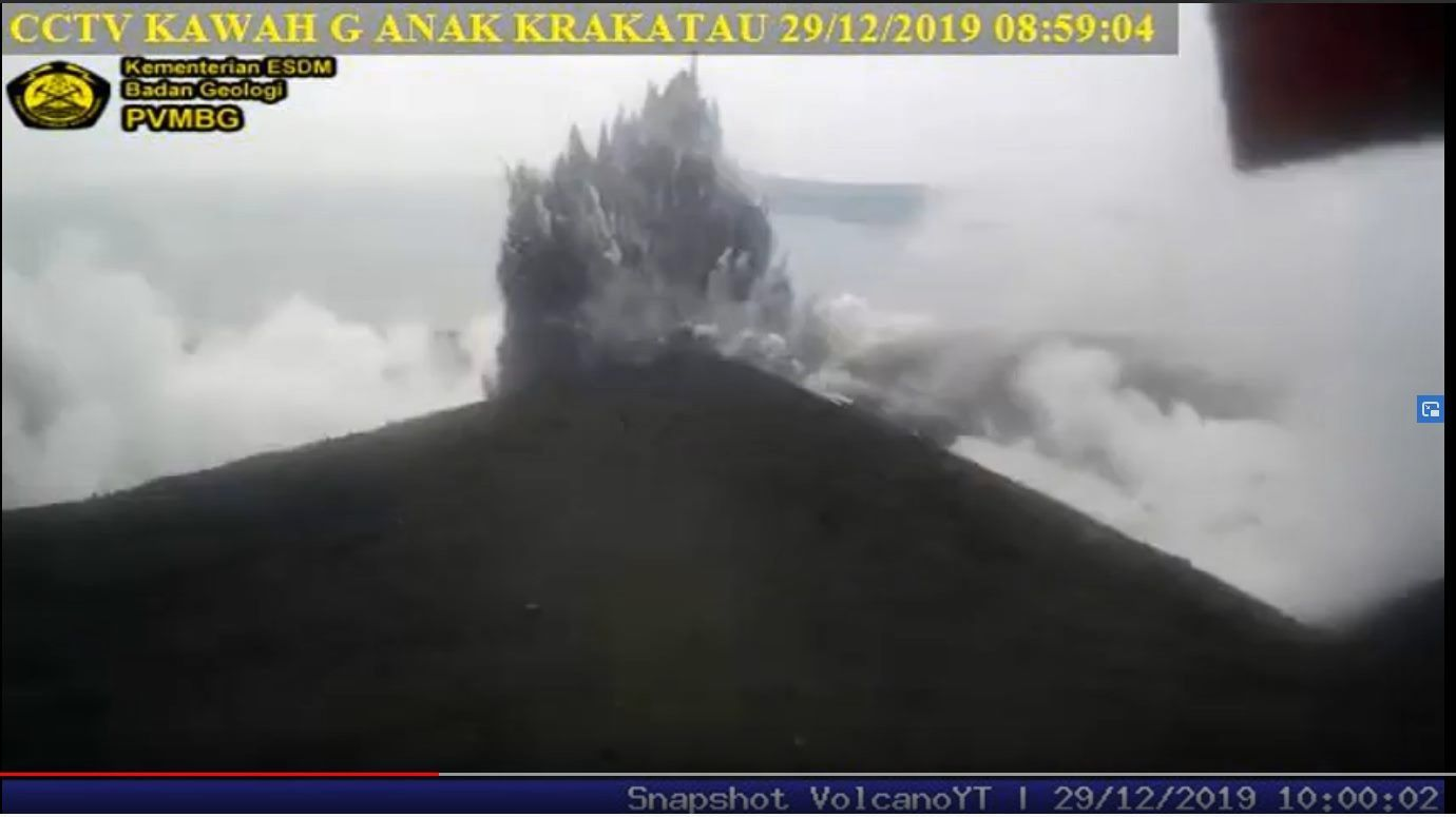 Anak Krakatau - cypressoid plume of 29.12.2019 / 8h59 - PVMBG webcam - Volcano YT video snapshot