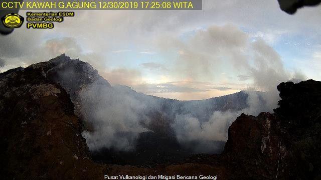 Agung- nouvelle caméra proche du cratère - 30.12.2019 / 17h25 Agung - Doc. PVMBG