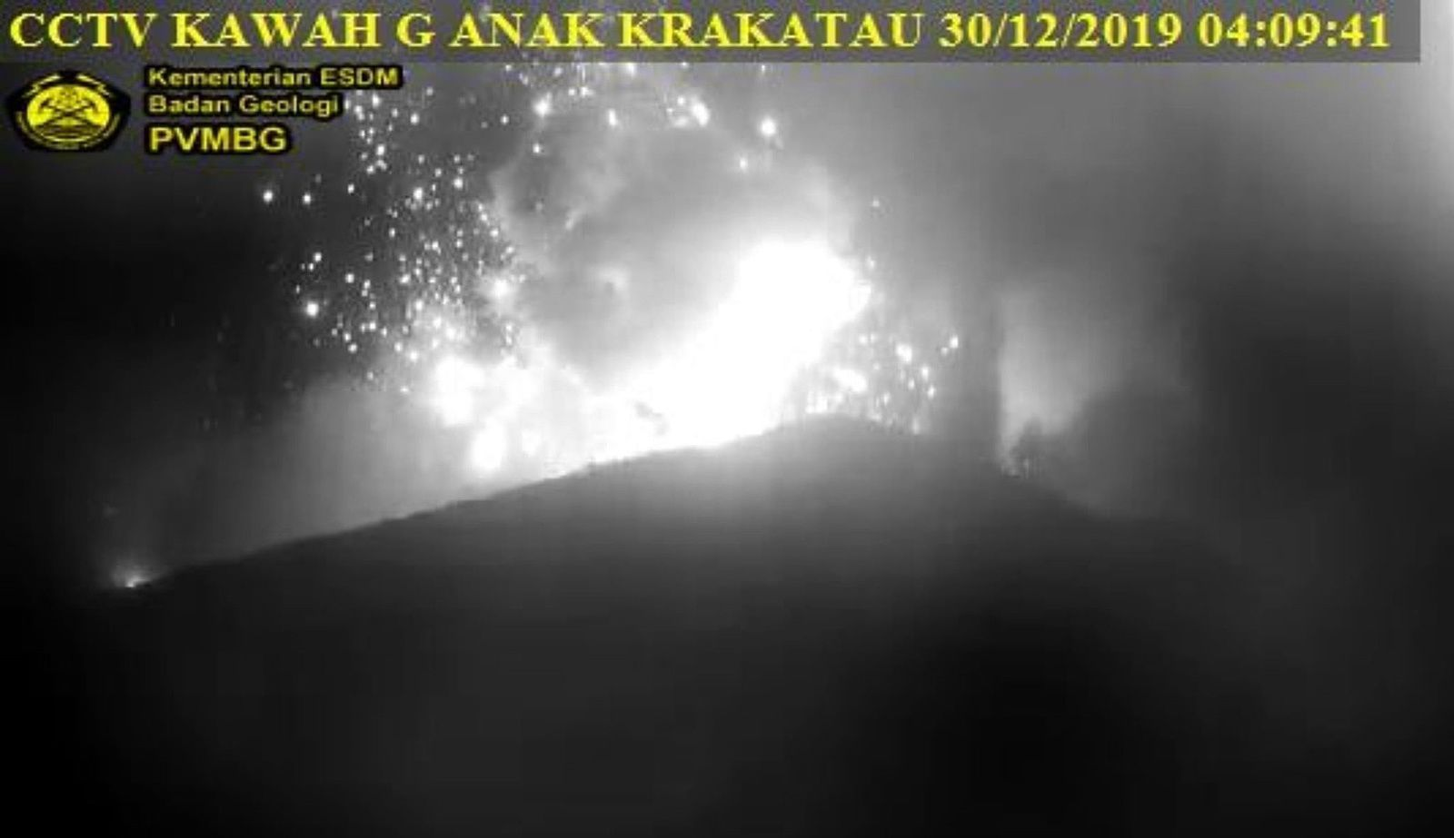 Krakatau  - expulsion de tephra incandescents le 30.12.2019 / 04h09 - webcam PVMBG