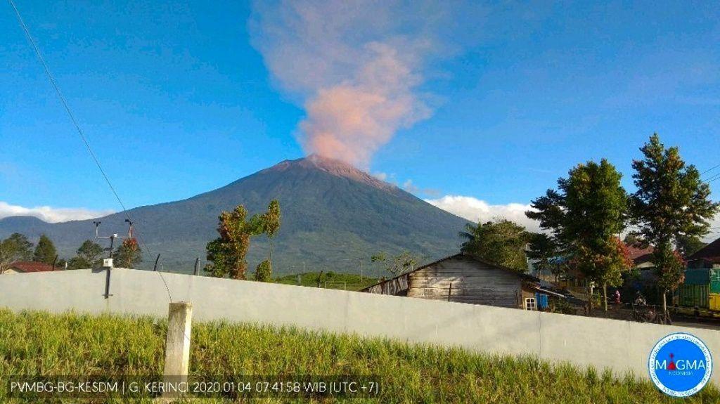 Kerinci - panache de cendres et gaz à 500-600 m au dessus du sommet le 04.01.2020 - Webcam PVMBG- Magma Indonesia