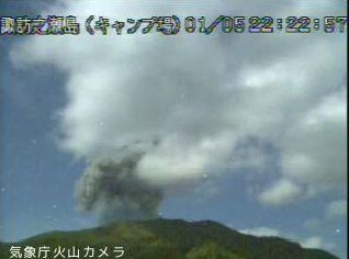 Suwanosejima - 05.01.2020, respectively at 2:40 p.m. and 10:22 p.m. - JMA webcam - one click to enlarge