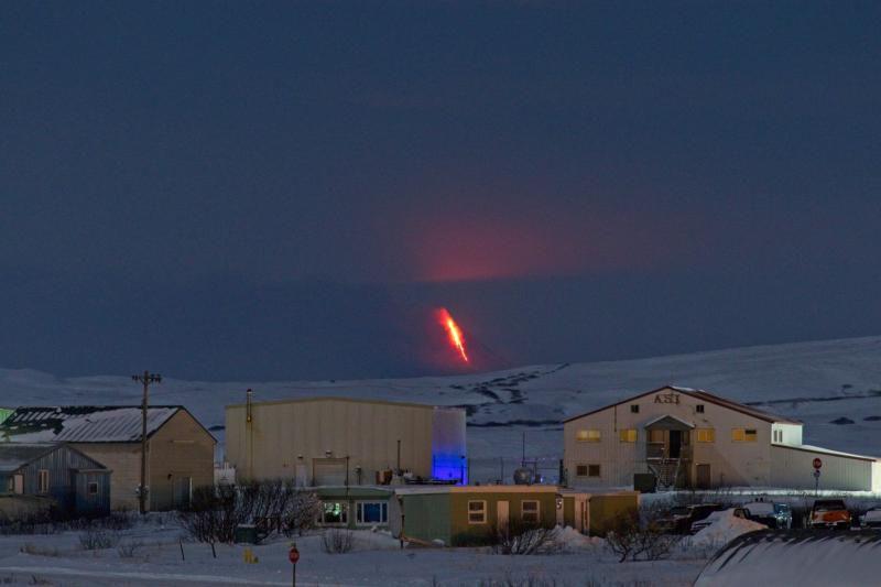 Shishaldin - l'éruption, vue de Cold Bay, à environ 58 miles au  NE du volcan le 06.01.2020 / 12h -  Photo courtesy of Aaron Merculief. / AVO