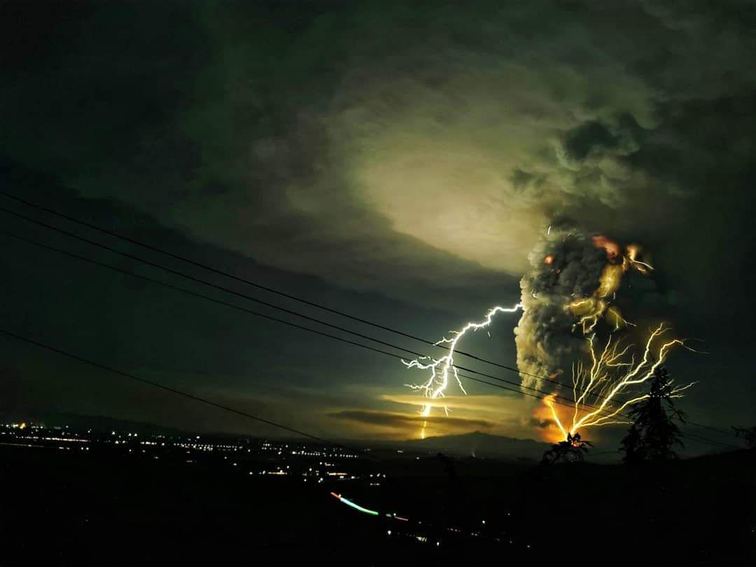 Taal -lightnings in the plume on 12.01.2020 - photos  ABS CBN news et  Ezra Acayan / Getty Images / via S.Mugnos
