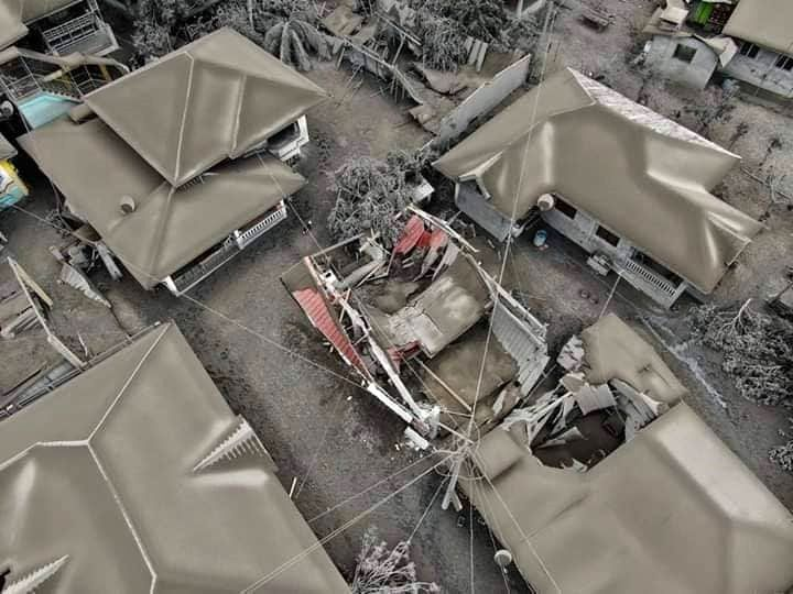 Taal - house partially collapsed under the weight of the ashes - photo 13.01.2020 / Rete Meteo Amatori