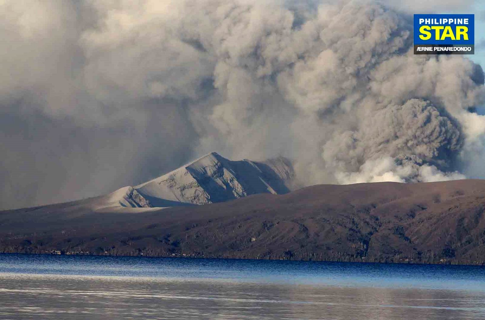 Taal - gray ash plume of  14.01.2020 - photo Ernie Peranedondo / Philippine Star