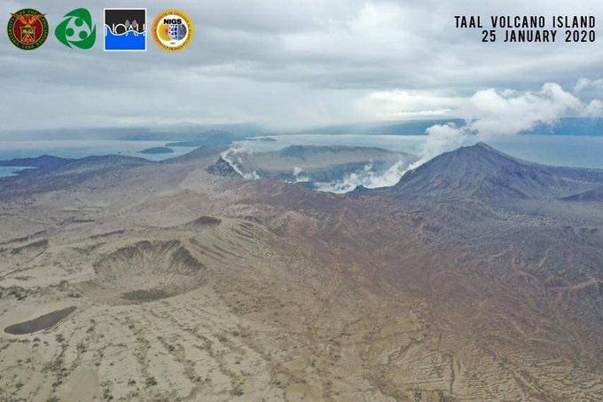 Taal -  émission de vapeurs le 25.01.2020 - phot via Mahar Lagmay  / UP NOAH