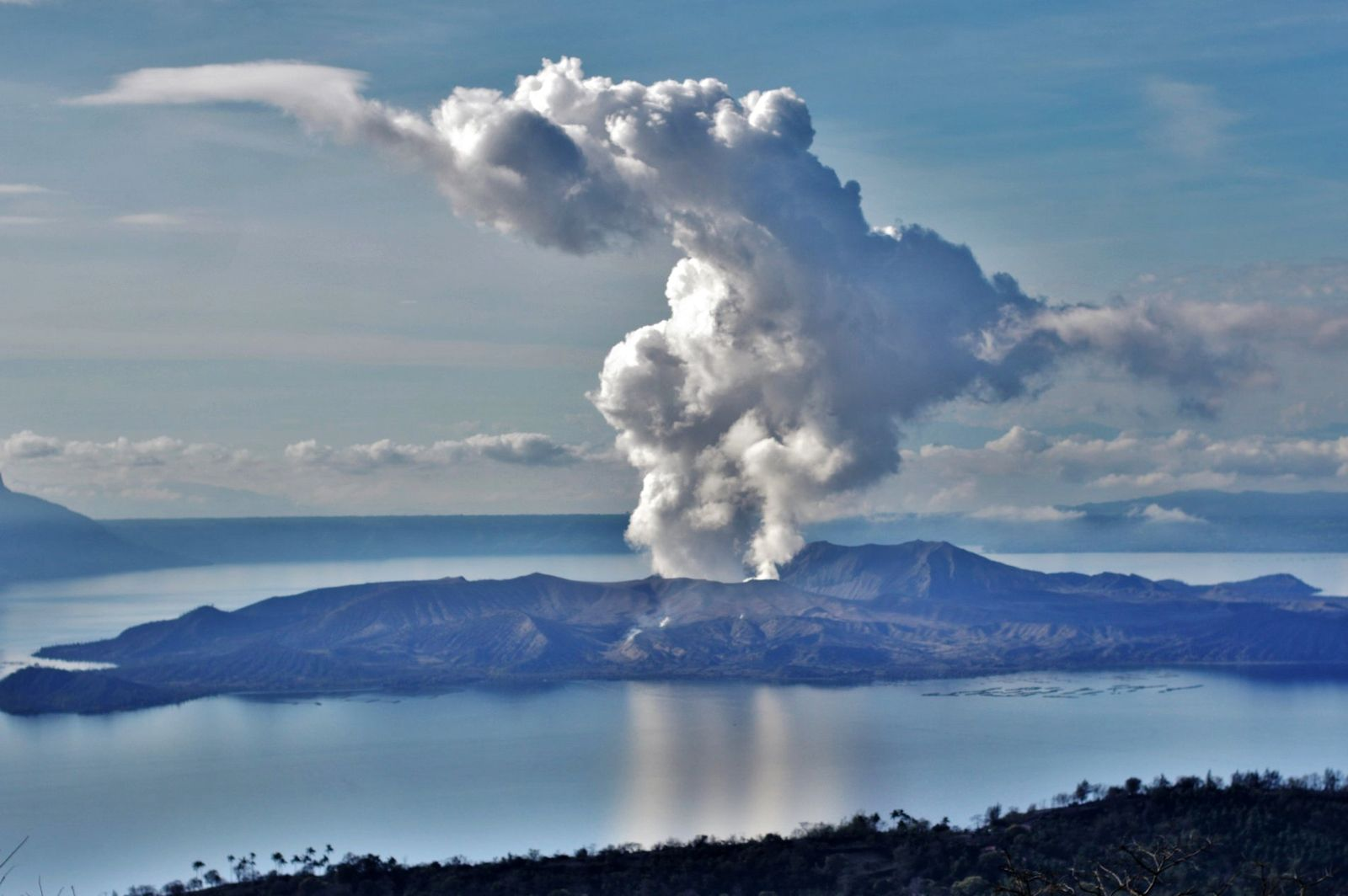 Taal, seen from Picnic Grove Theme Park / Tagaytay City - emission of a gas and steam plume on 26.01.2020 in the morning - photo Richard Langford