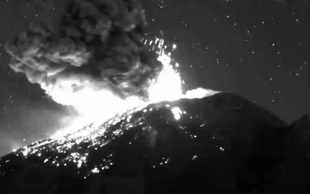 Popocatépetl 27.01.2020 / 23:20 - incandescent ejections and ash plume - webcamsdeMexico