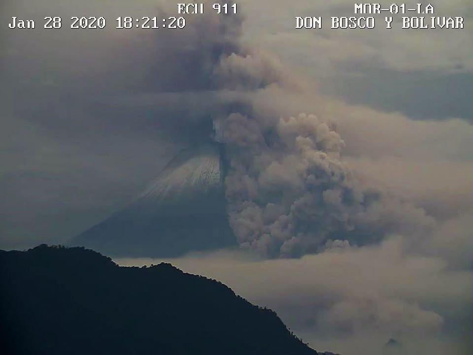 2020.01.28  18h21 loc. Sangay - Coulée pyroclastique du 28.01.2020 / 18h21 locale -  webcam ECU 911 /  IGEPN