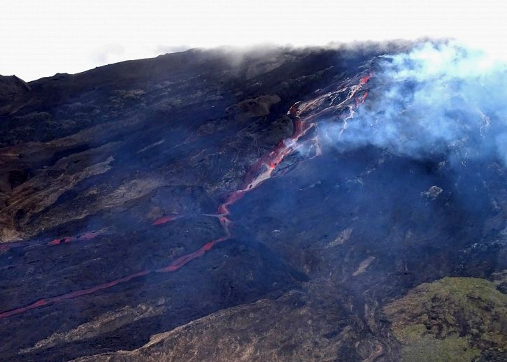 Piton de La Fournaise - Aerial shot of the eruptive site on 02/10/2020 around 1:15 p.m. local time - All of the cracks extend over a distance of approximately 1 km. - (© OVPF / IPGP)