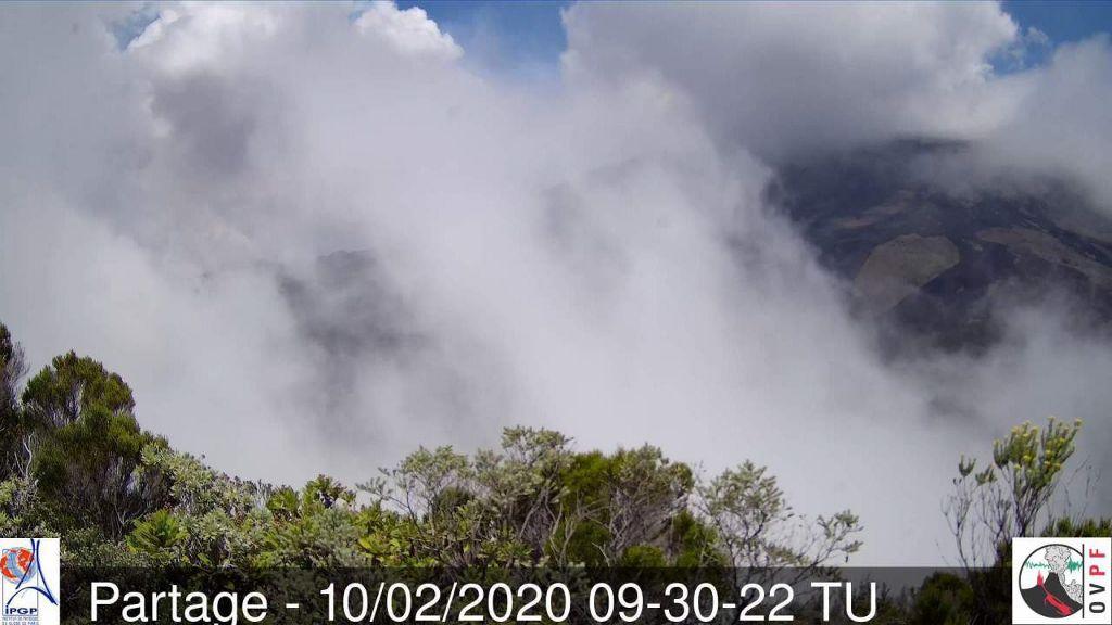 Piton de La Fournaise - 10.02.23020  / 09h30 TU - le temps qui se couvre dissimule le panache de l'éruption - - webcam Piton Partage OVPF
