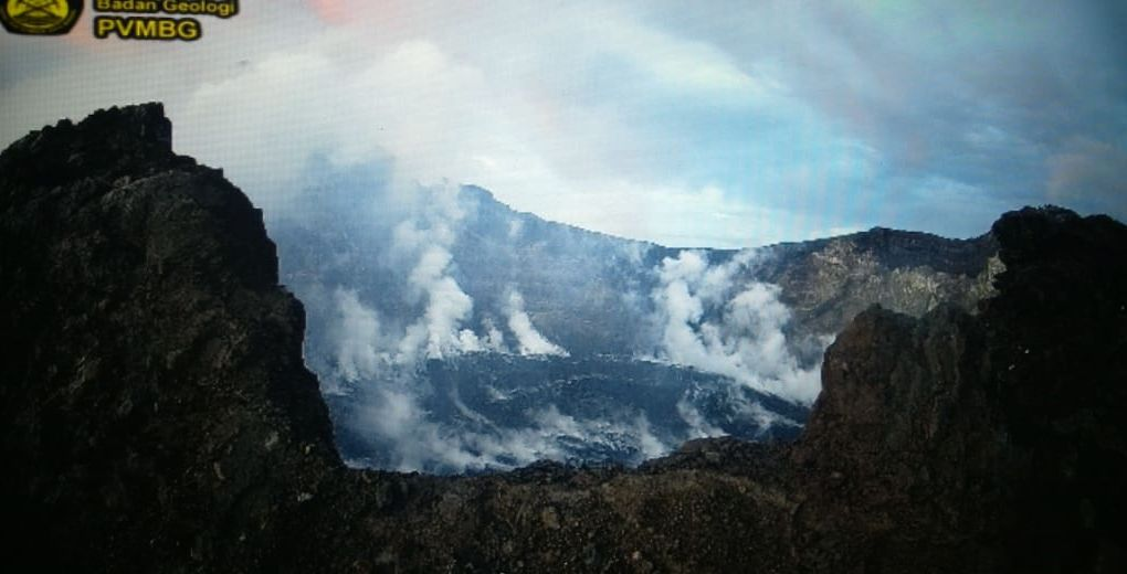 Agung - fumaroles around the dome on 10.02.2020 / 18.53 WITA -webcam PVMBG