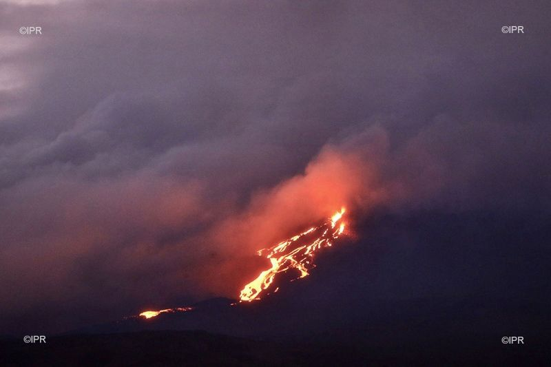 Piton de La Fournaise - Lava flow and fountaining in the early evening on 10.02.2020 - Photo rb / www.ipreunion.com)