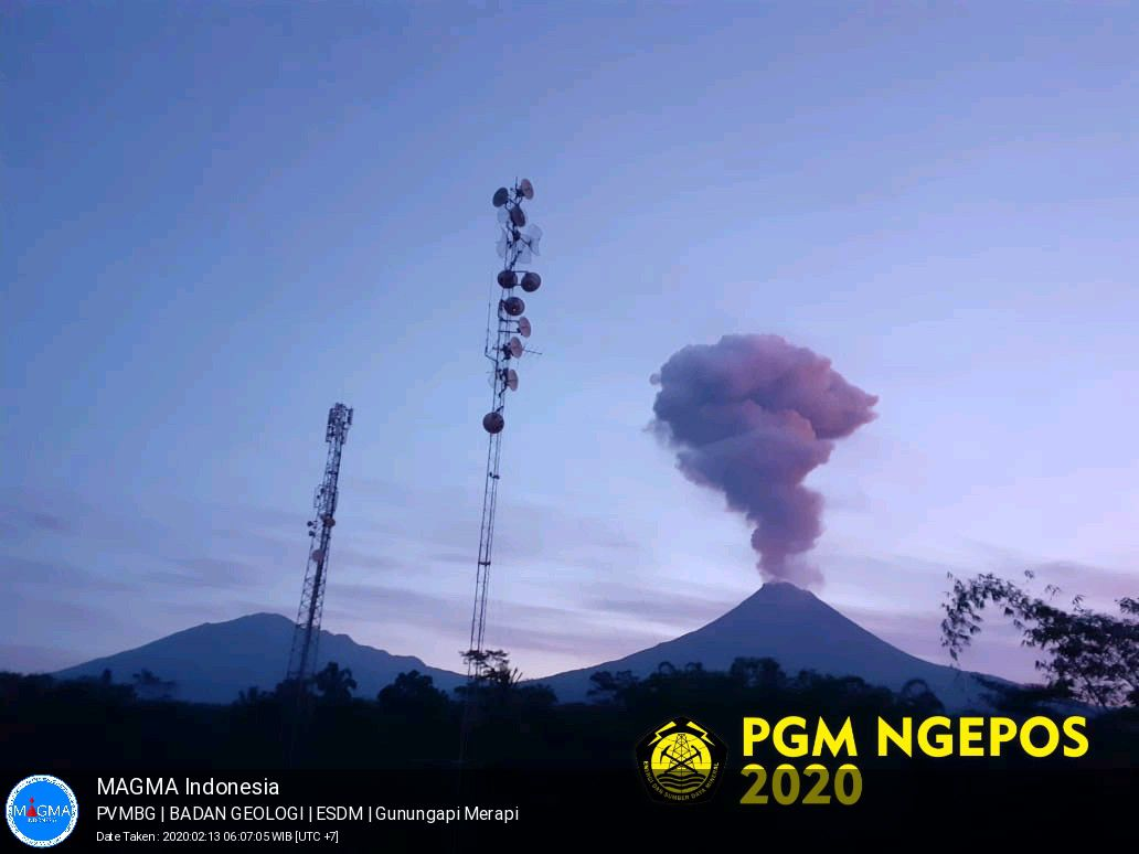 Merapi - eruptive plume of 02.13.2020 / 6:07 am - photo PVMBG