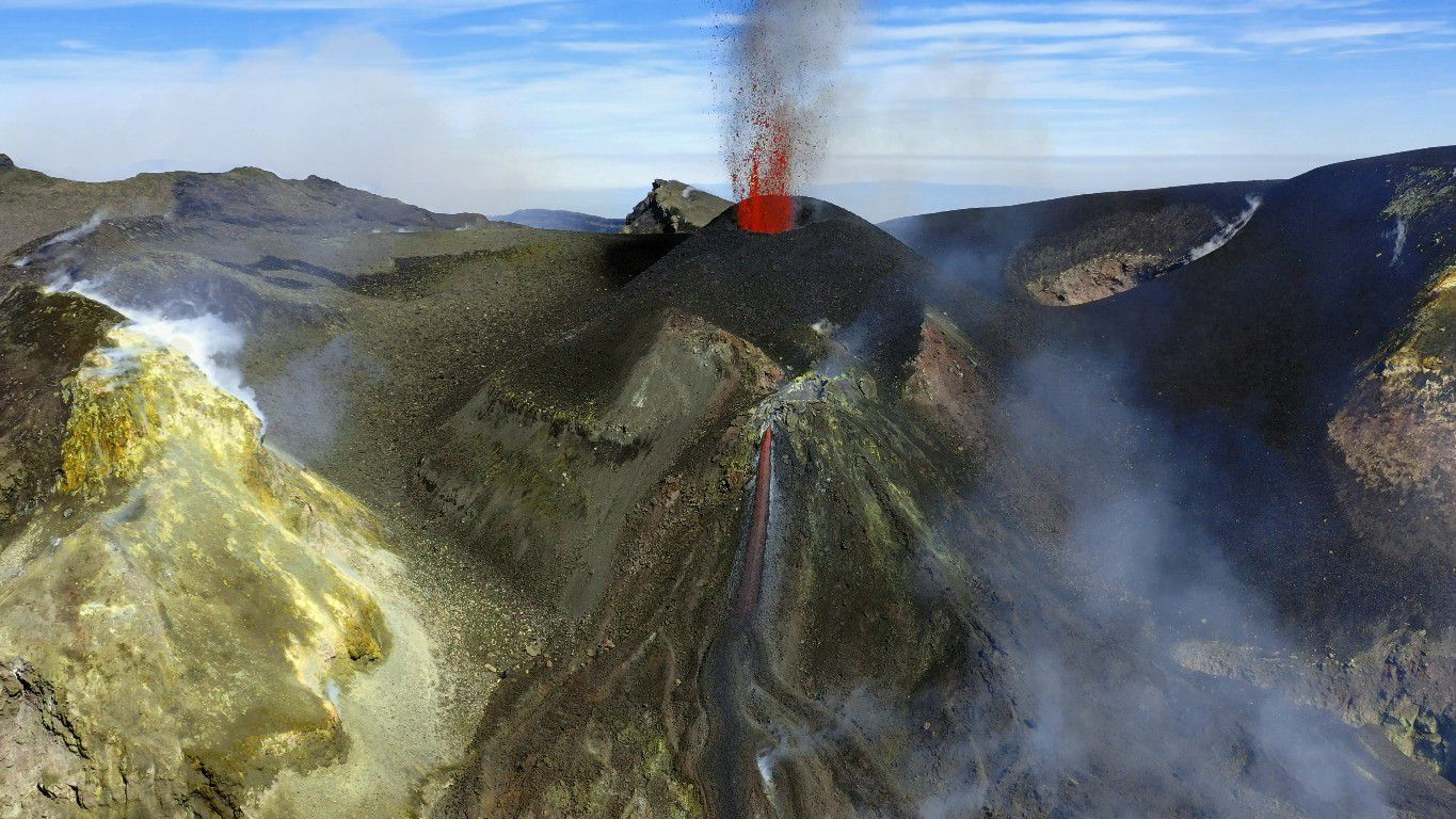 Etna - the cone of Voragine with the active crater and the mound with the mouth feeding the casting in the BN - photo / INGV video