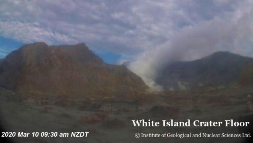 White island - gas plume of 10.03.2020 / 9.30 a.m. NZDT - White island crater floor webcam / GeoNet