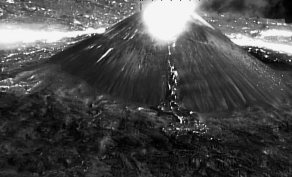 Nishinoshima - 09.03.2020 / 13:29 - Glow at the top of the cone and in the background, due to lava flows - from a video in high IR of the Japan Coast Guards / Twitter