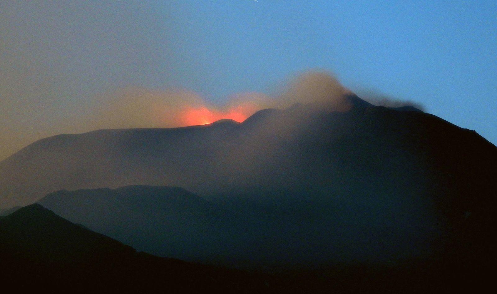 Etna  - 12.03.2020 en soirée, vu de Tremestieri Etneo – 2 évents actifs à la Voragine – photo Boris Behncke