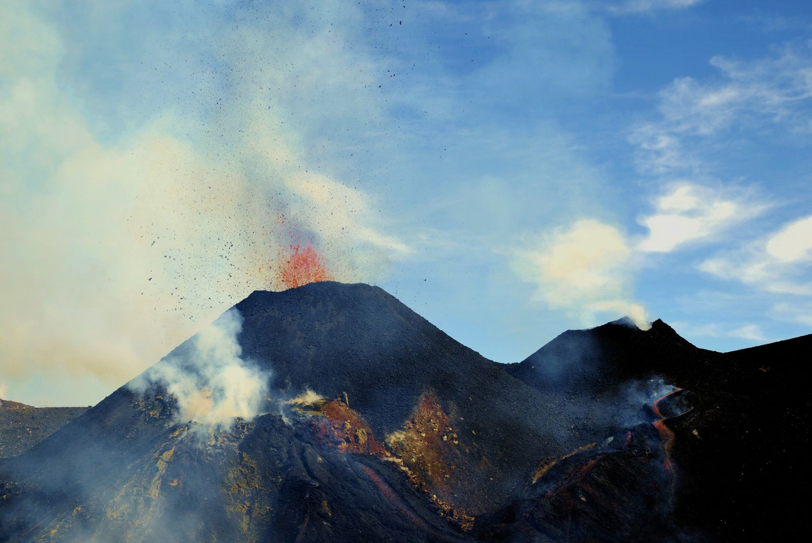 Etna Voragine - 19.03.2020 - the two active cones, and the lava flows which converge towards the Bocca Nuova (bottom center of the photo) - photo INGVvulcani