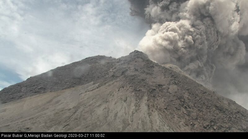 Merapi - eruptive plume of 03.23.2020 / at 10.54 am and 11.00 am - photos BPPTKG