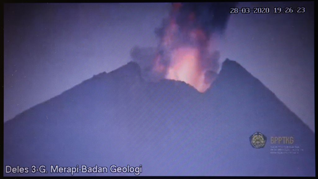 Merapi - 28.03.2020 / 19h26 - explosive eruption - screenshot of the video BPPTKG