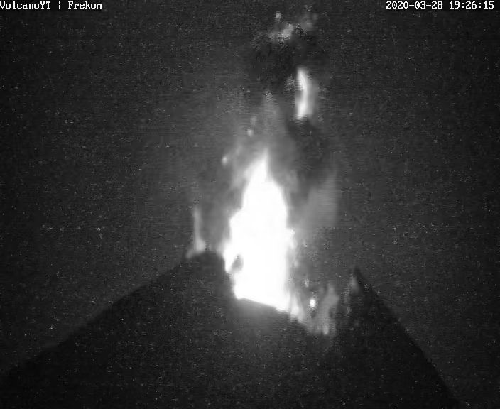 Merapi - 28.03.2020 / 19h26 - explosive eruption - screenshot of the video Volvano YT i Frekom