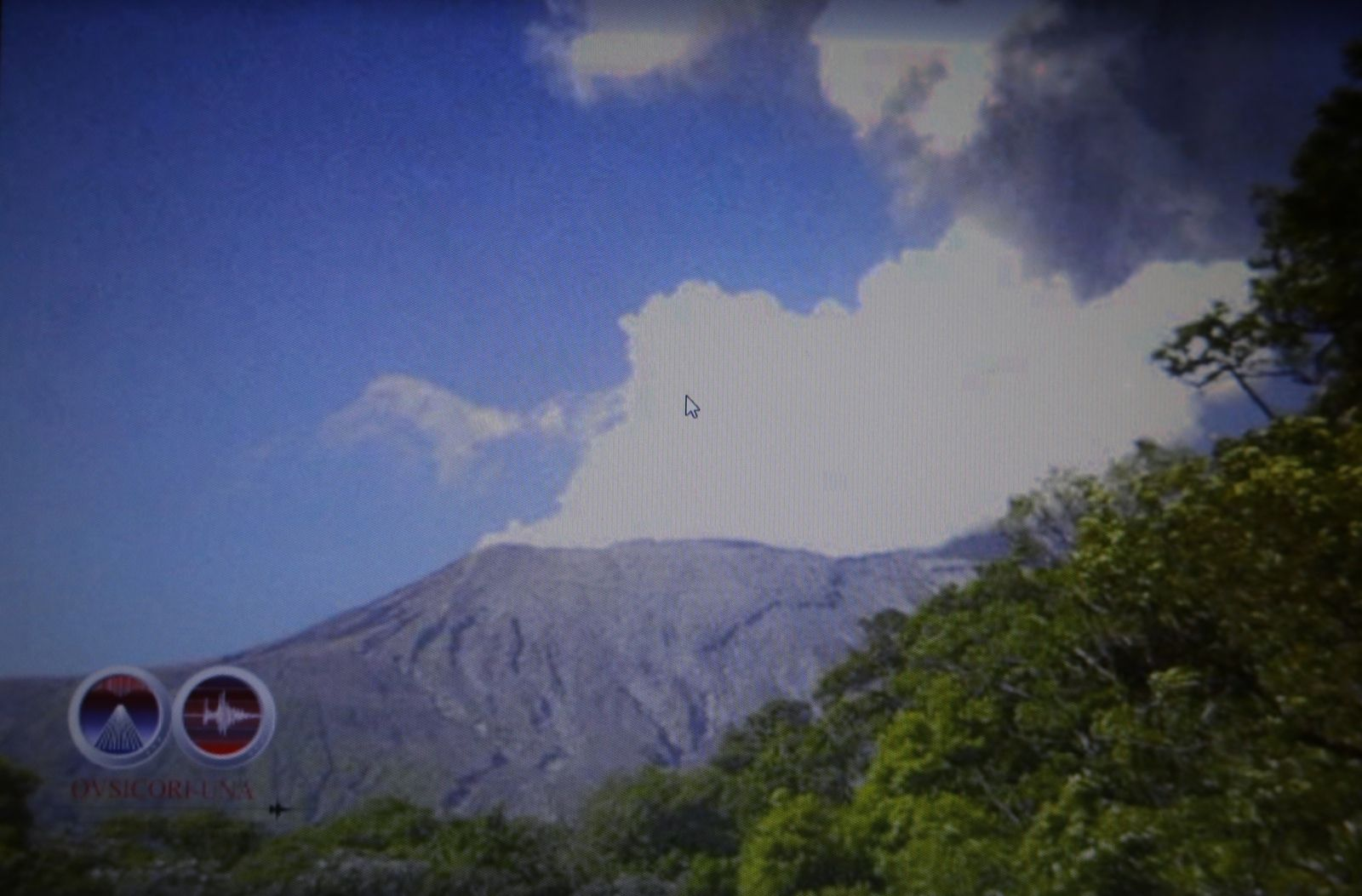 Rincon de La Vieja - 04.04.2020 - degassing after the hydrothermal explosion - screenshot of the video of the Ovsicori.
