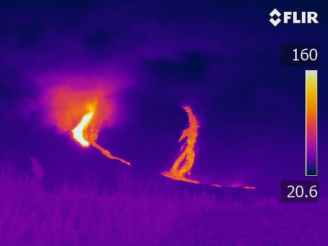 Piton de La Fournaise - Shooting of the eruptive site on 5/4/2020 around 8pm local time from the RN2 - note the temperature difference between the two lava arms (© OVPF-IPGP).