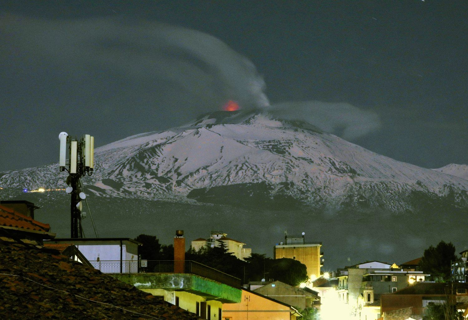 Etna photographed on the night of April 7 to 8 by Boris Behncke from Tremestieri Etneo