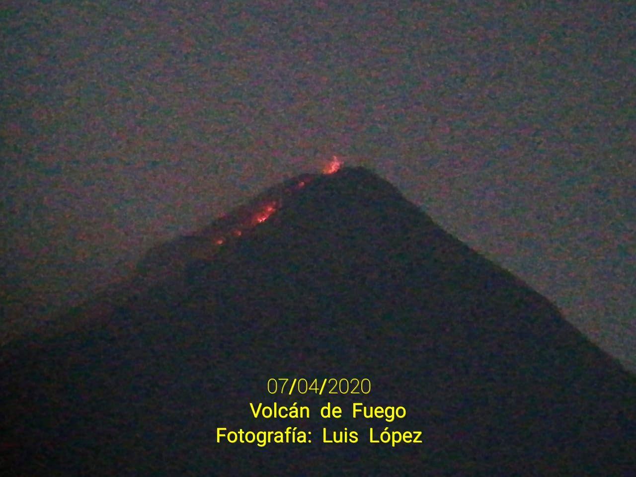 Fuego - incandescence and lava flow in the Ceniza barranca - photo 07.04.2020 Luis Lopez via W. Chigna / Twitter