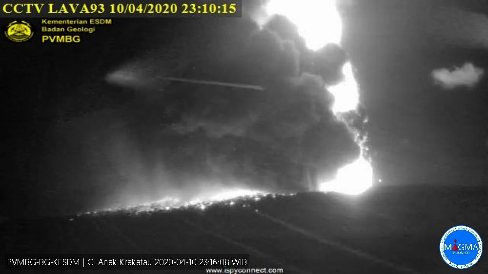 Anak Krakatau - 04.10.2020 / sequence from 11:16 p.m. to 11:31 p.m. - PVMBG webcam