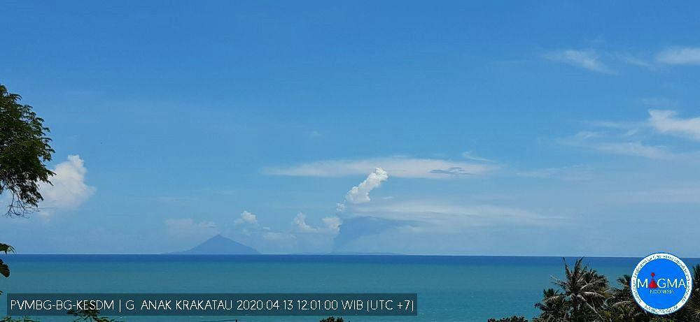 Anak Krakatau - panache de vapeur et gaz du 13.04.2020 / 12h01 WIB - Doc.Magma Indonesia