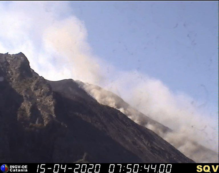 Stromboli - 15.04.2020 / 7:50 am Visible webcam - & 7:44 am thermal webcam - Doc INGV OE