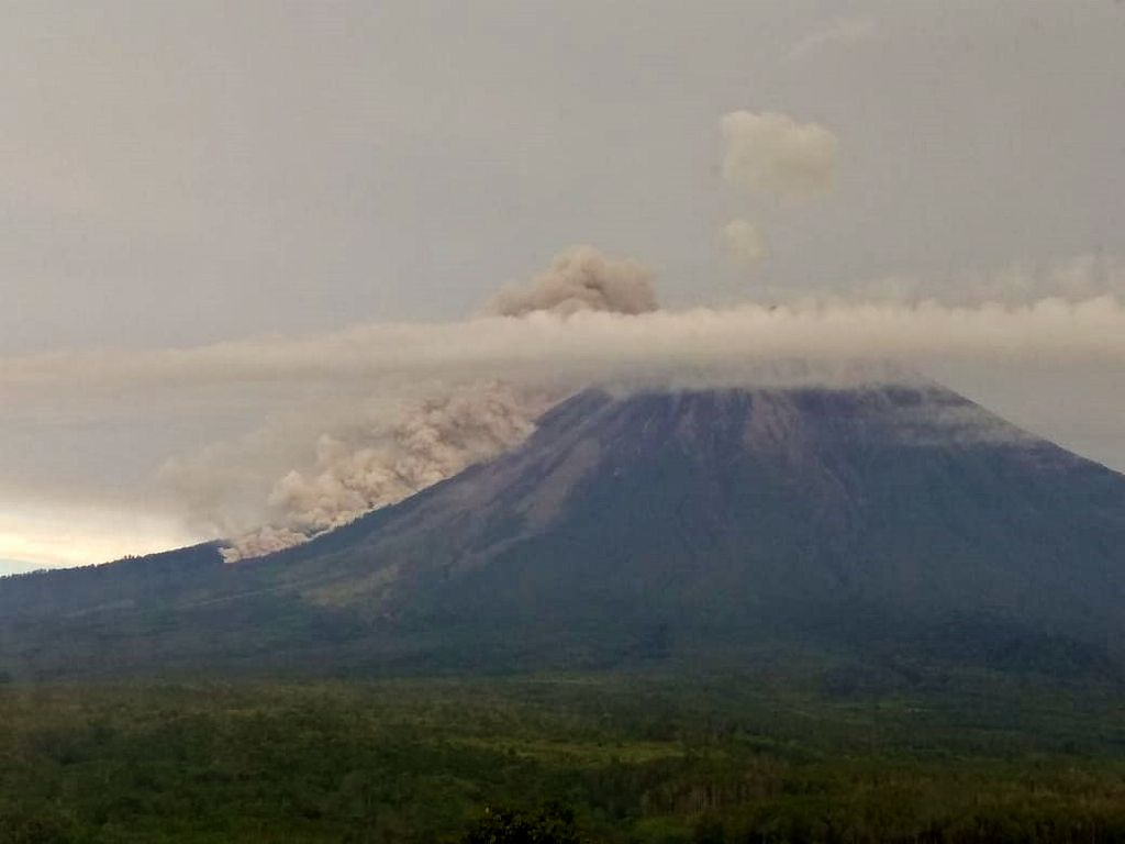 Semeru - pyroclastic flow from April 17 at 06:08 WIB - photo Magma Indonesia / Dr. Syahbana