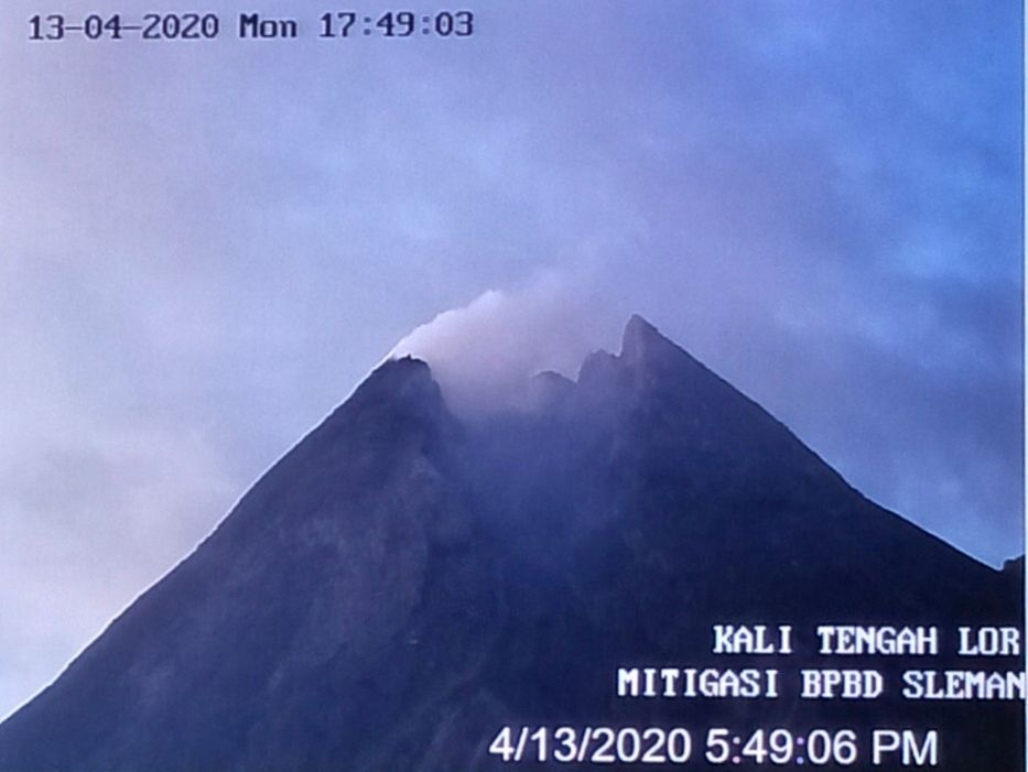Merapi - the summit 13.04.2020 / 5:49 am - photo BPBD