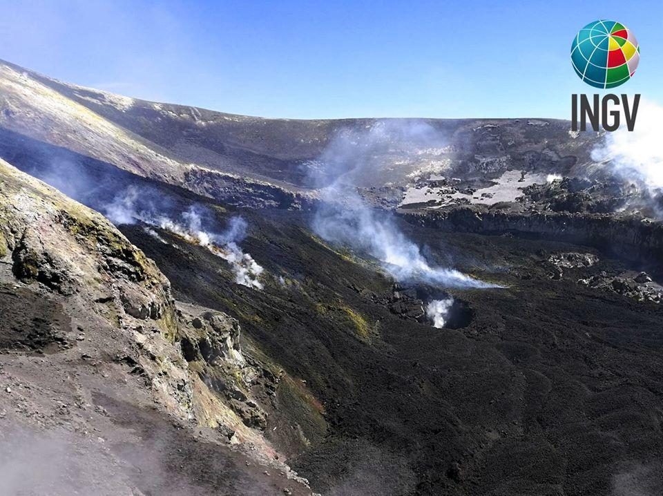 Etna - 17.04.2020 - La Bocca Nuova a été rempli de lave provenant du cratère de Voragine. De plus, une nouvelle fosse s'est formée dans la partie centrale de la Bocca Nuova. -  Photos de Francesco Ciancitto, INGV-Osservatorio Etneo.