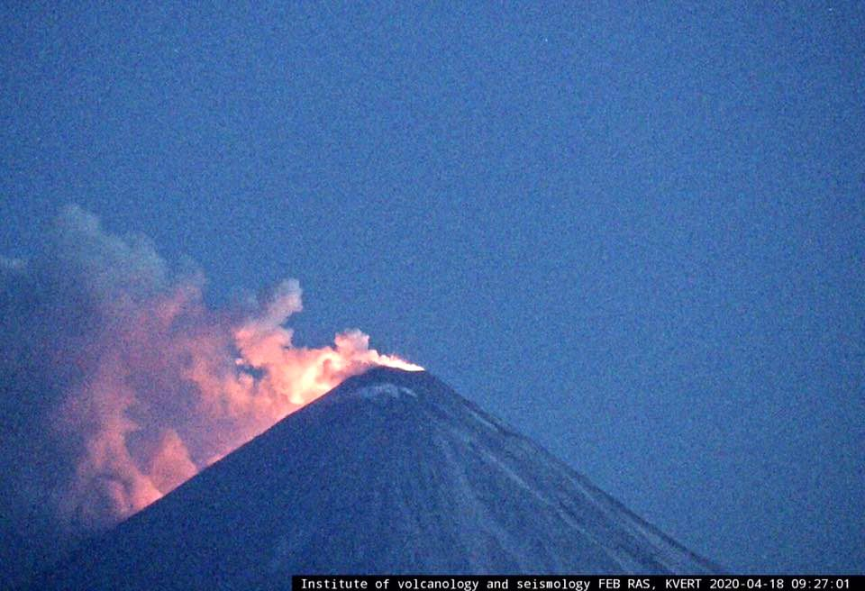 Klyuchevskoy - 18.04.2020 / 9h27 - a lava flow begins to move on the south-eastern flank of the volcano - KVERT webcam