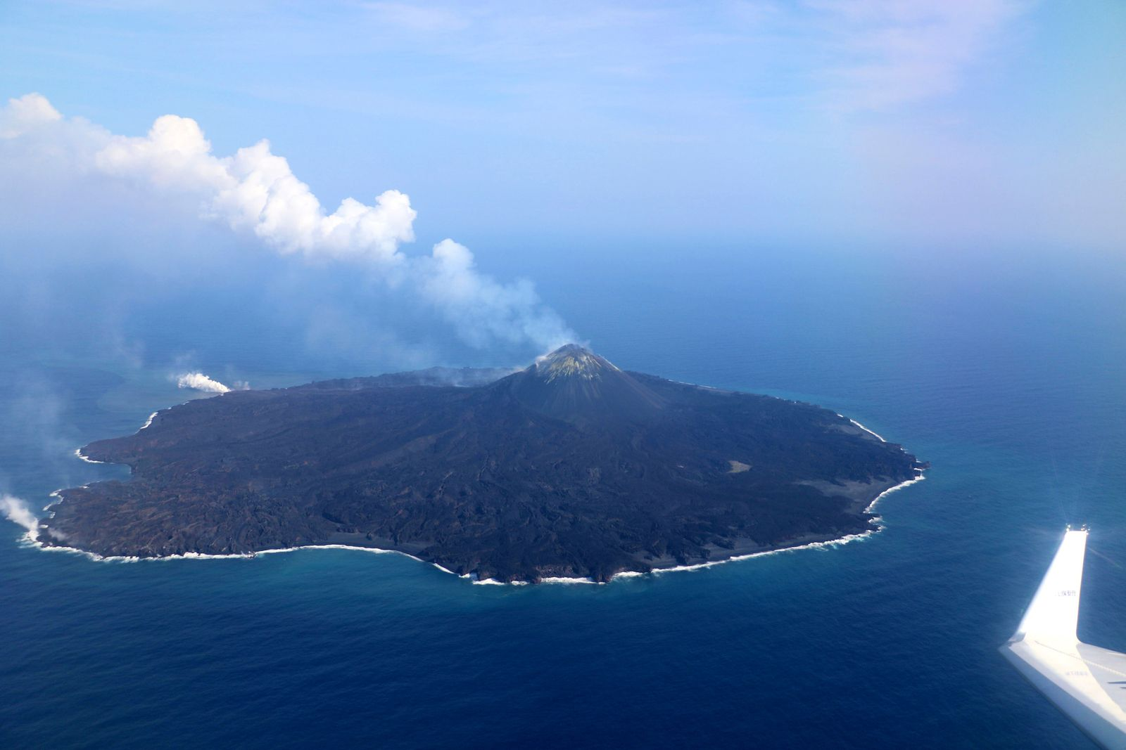 Nishinoshima - 19.04. 2020 / 15h16 - fumeroles au cône et à l'entrée en mer d'une coulée de lave - photo Japan Coast Guards
