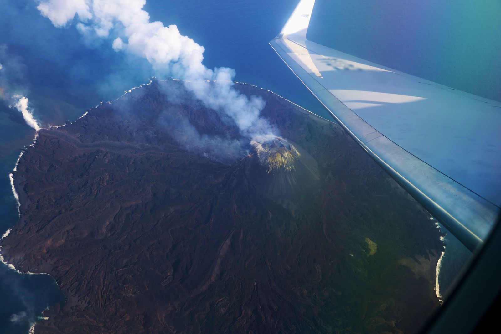Nishinoshima - 19.04. 2020 /  15h16  -  fumaroles to the cone and the entry of a lava flow in the sea f- photo Japan Coast Guards